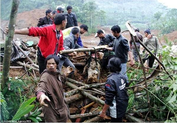 Banjarnegara Berduka dalam Foto Dramatis dan Memilukan