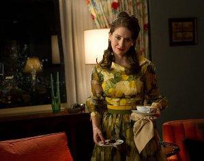 Aktris Alison Brie Ngompol saat Syuting ´The Mad Men´