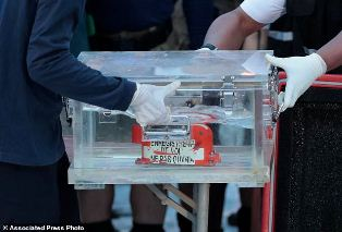 Indonesia Navy Divers Hunt for Crashed Plane`s Black Boxes?